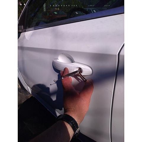 как открыть замок без ключа в машине